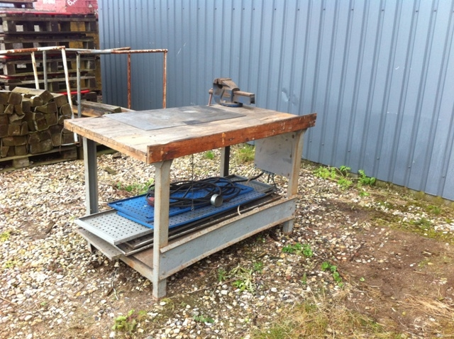7473 - Working bench with vice , 3 boards and electric cabinet